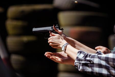 射撃場で9mm拳銃を発射する若い女性 写真素材 - 92607953