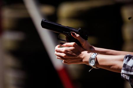 射撃場で9mm拳銃を発射する若い女性 写真素材 - 92607976