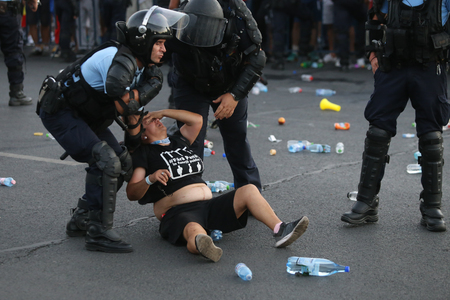 BUCHAREST, ROMANIA - August 10, 2018: People are hurt after clashing with riot police during an anti-government protest calling on the left-wing government to resign and an early election, in Bucharest, Romania, Friday, Aug. 10, 2018. Standard-Bild - 122359238