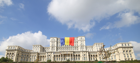 BUCHAREST, ROMANIA - September 13, 2018: Romania's flag on the Palace of Parliament, built by Ceausescu and formerly known as House of the People, on September 13. Imagens - 122359323