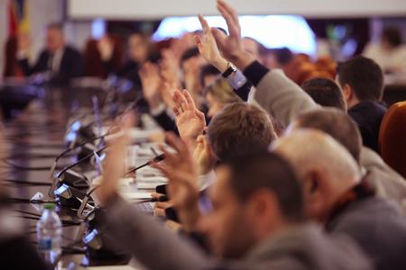 Los miembros del Parlamento rumano votan levantando la mano