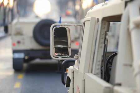 Seitenspiegel eines Humvee-Militärfahrzeugs der rumänischen Armee bei der Militärparade zum rumänischen Nationalfeiertag Standard-Bild