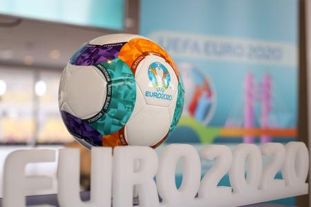 Bukarest, Rumänien - 29. Januar 2019: Das Logo der UEFA Europameisterschaft 2020 (allgemein als UEFA Euro 2020 bezeichnet) und der offizielle Ball während einer Presseveranstaltung im National Arena Stadium in Bukarest.