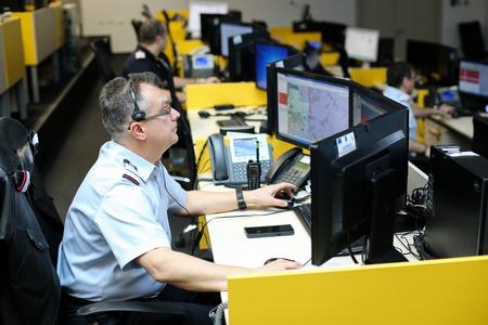Bucarest, Rumania - 11 de febrero de 2019: operador del número de emergencia 112 (versión rumana del 911) conversando con una persona que llama de socorro Editorial