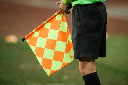Detalles de un juez de línea árbitro durante un partido de fútbol