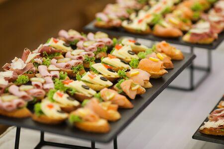 Imagen de poca profundidad de campo con aperitivos en una mesa en un evento, proporcionada por una empresa de catering Foto de archivo