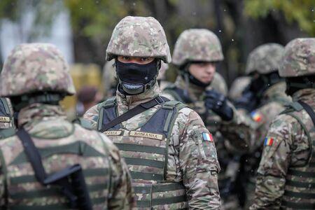 Bucarest, Rumania - 01 de diciembre de 2019: Soldados del ejército rumano en el desfile militar del Día Nacional de Rumania. Editorial