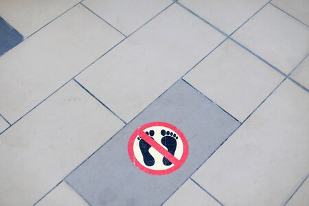 No walking or running barefoot sign on a hotel swimming pool Stock fotó