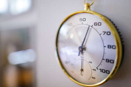 Shallow depth of field (selective focus) details with an analog hygrometer on the wall of a museum. Standard-Bild