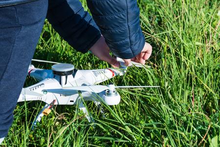 Abstract and conceptual child playing with a drone. Remote sensing. La felicità di un bambino con un giocattolo moderno e pericoloso.