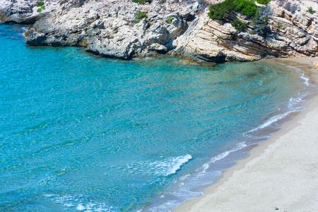 Plage déserte isolée. Avec la mer calme, vous pourrez profiter de la paix et la tranquillité et vous pouvez faire comme nudisme bien et le naturisme. Banque d'images - 80903281