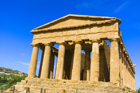 Astratto e concettuale dell'antica Grecia ad Agrigento. Il tempio greco di Concordia, la città antica di Akragas, situata nella valle dei templi di Agrigento. Archivio Fotografico - 81389951