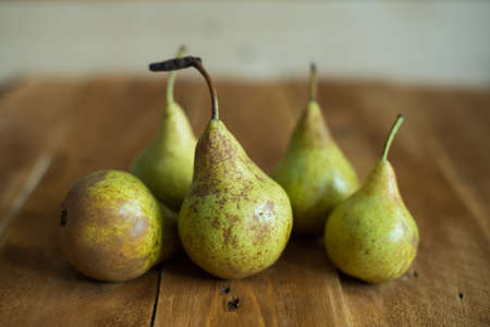 Pears on wooden background. Green pears. Natural light. Vintage board. Ripe fruits Zdjęcie Seryjne - 87997244