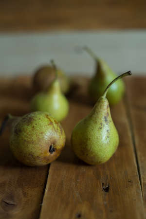 Pears on wooden background. Green pears. Natural light. Vintage board. Ripe fruits Zdjęcie Seryjne - 87997246