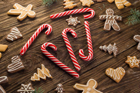 Chrismas cookies and candy canes on wooden background. Holiday mood. Pine. Top view. Zdjęcie Seryjne - 89022418