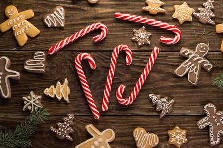 Chrismas cookies and candy canes on wooden background. Holiday mood. Pine. Top view. Zdjęcie Seryjne - 89022425