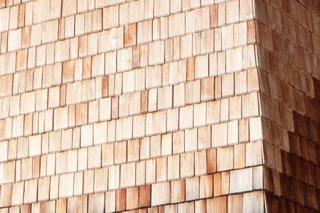 shingles: Tradicional alpino pared ripia de madera en el sol Foto de archivo