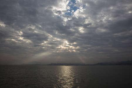penetracion: Ver en la playa con cielo nublado Foto de archivo