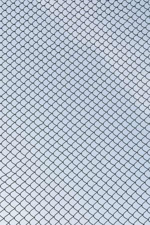 malla metalica: malla de metal y el cielo Foto de archivo