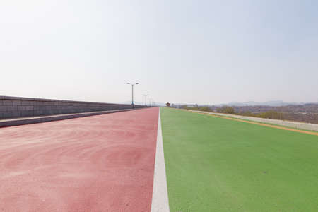 Dyke road of Yantai Reservoir, the biggest water resource in Yantai district, Shandong province, china. Standard-Bild