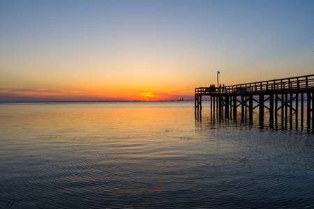 Pier at sunset on the eastern shore of Mobile Bay in Daphne, Alabama Banque d'images