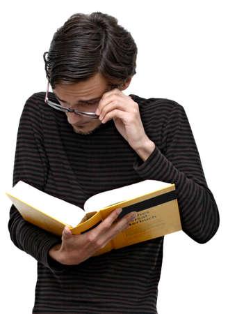 Funny student op zoek naar een woordenboek