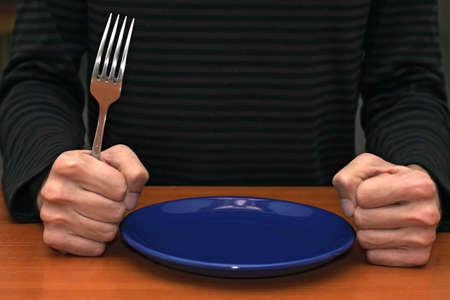 Handen van een boze klant te wachten voor zijn maaltijd