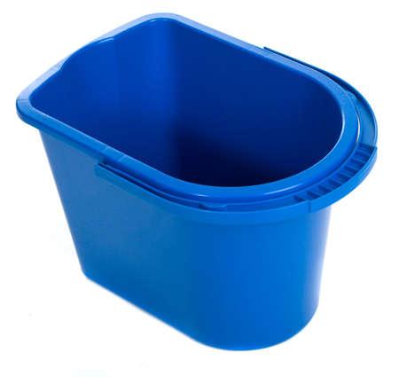 bucket water: Vaciar el cubo de agua aislado en el fondo blanco