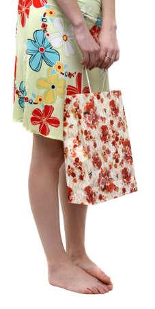 pieds nus femme: Femme aux pieds nus avec un sac shopping Banque d'images