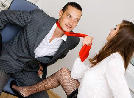 secretaria: Empresario joven y empresaria coquetear en la oficina de