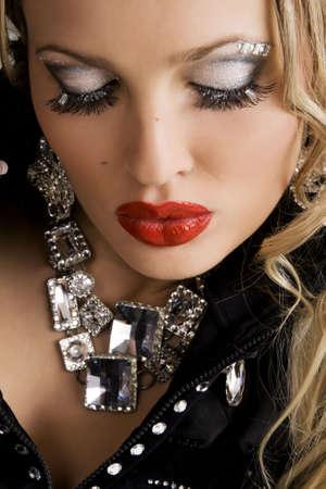 glitter makeup: Mujer hermosa con maquillaje creativo, centrarse en los labios Foto de archivo