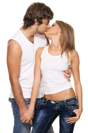baiser amoureux: Belle et joyeuse jeune couple dans les v�tements l�gers occasionnel