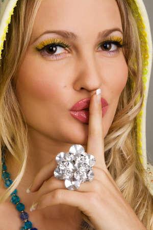 lip shine: Giovane donna affascinante con accessori di lusso  Archivio Fotografico