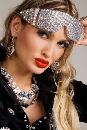glitter makeup: Hermosa mujer con maquillaje creativo y gafas de sol de lujo