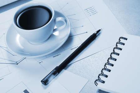 WorkTable coperto con documenti, con una tazza di caffè