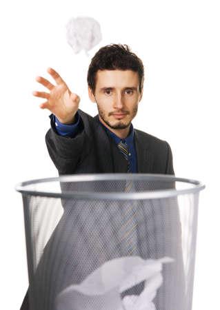 trash basket: Joven empresario tirar el crumpled fondo de papel, blanco