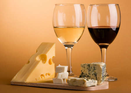 vinos y quesos: Vino y queso sobre fondo marr�n bodeg�n foto Foto de archivo