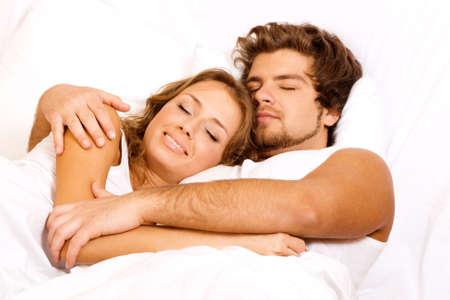 pareja durmiendo: Joven pareja hermoso dormir en la cama Foto de archivo