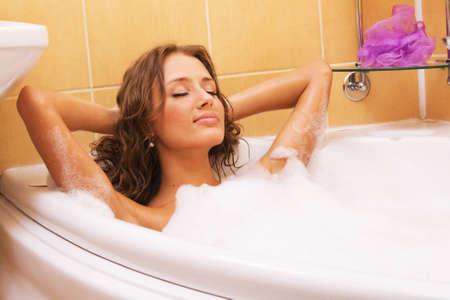 femme baignoire: Jeune femme belle relaxante dans un bain