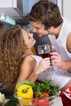 jasschort: Jonge mooie paar in hun keuken