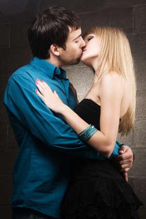 sexuality: Joven pareja rom�ntica besando interior en casa