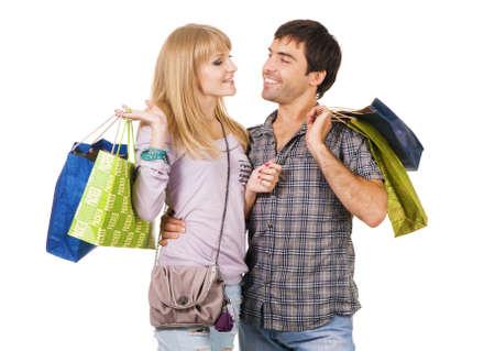 tienda de ropas: J�venes alegres pareja con bolsas de compra, aislados en fondo blanco