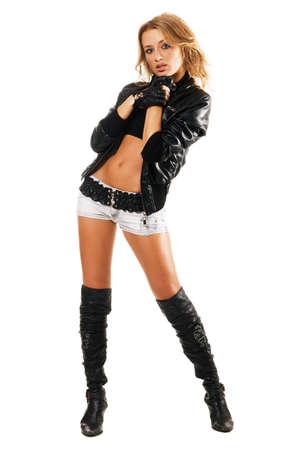 Mujer sexy en ropa de estilo de rock sobre fondo blanco