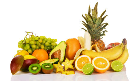 uvas: Surtido de frutas exóticas sobre fondo blanco