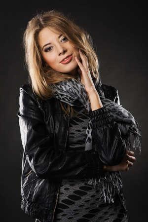 rocker girl: Retrato de una mujer muy elegante en la chaqueta de cuero sobre fondo negro
