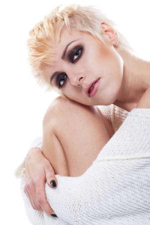 hair short: Retrato de la joven y bella mujer en Jersey blanco