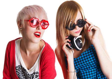 chicas divirtiendose: Hermosas chicas adolescentes divertirse juntos, fondo blanco