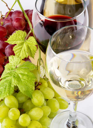 Red and white wine, with bunches of grapes, closeup photo photo