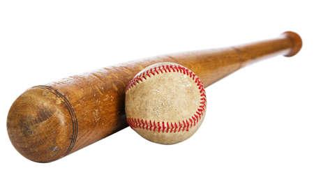 murcielago: Bate de madera de b�isbol y pelota aisladas sobre fondo blanco