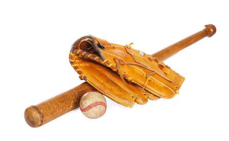 at bat: Pelota de béisbol y guante, aislado sobre fondo blanco